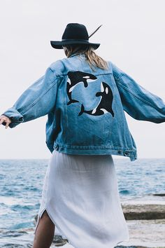 Hand-painted on second-hand Painted Denim Jacket, Painted Jeans, Painted Clothes, Hand Painted, Custom Clothes, Diy Clothes, Looks Pinterest, Denim Outfit, Denim Fashion