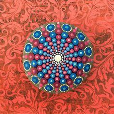 """Hinduizm ve Budizm'de evreni simgeleyen sembol Mandala geçici olmasıyla bilinir. Ancak Avustralyalı sanatçı Elspeth McLean'in """"Mandala"""" ismini verdiği işleri farklı bir özellik gösteriyor. Bir Mandala'dakiyleaynı hipnotize edici, akılları alan kompozisyonların ufak fırça darbeleriyle Kanada sahillerinden toplanmış taşların üzerine işlendiği seride gözler için kalıcı, mükellef bir ziyafet sunuyor. Sanatçı,çalışmalarının tarzı sorulduğunda""""dotillism"""" (noktalama sanatı denilebilir) cevabını…"""
