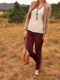 LOVE this outfit. the long camel cardigan, burgundy pants jeans, leopard flats, white tank, brown necklace. a great fall outfit Mode Chic, Mode Style, Style Blog, Mode Outfits, Fashion Outfits, Womens Fashion, Fashionable Outfits, Burgundy Pants Outfit, Colored Jeans Outfits
