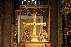 'Cruz de los Ángeles', en la cámara santa de la catedral de San Salvador, otro de los símbolos de la ciudad.