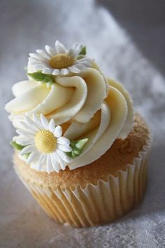 Ideas For Cupcakes Decorados Ideas Sweets Daisy Cupcakes, Cupcakes Flores, Pretty Cupcakes, Yummy Cupcakes, Wedding Cupcakes, Spring Cupcakes, Beautiful Cupcakes, Fondant Flower Cupcakes, Daisy Wedding Cakes
