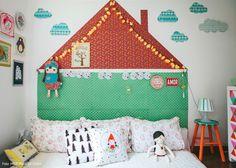 Quartinho montessoriano com casinha feita com papéis coloridos de diferentes cores e estampas