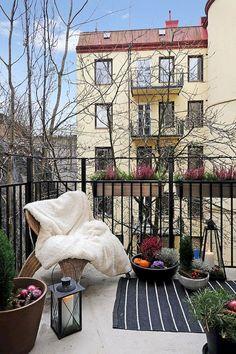Cozy Apartment Balcony Decorating Ideas (26)