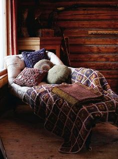 This comfy chaise makes for a cozy reading nook Cozy Cabin, Cozy House, Winter Cabin, Cozy Winter, Winter Time, Cozy Corner, Cozy Nook, Cozy Place, Home And Deco