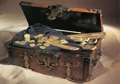 Does Buried Treasure Still Exist? We've all seen treasure maps, especially in movies like City Slickers starring Billy Crystal and Jack Palance, where they find an old crinkled yellowed map supposedly showing them where treasure lay buried. Finding Treasure, Buried Treasure, Pirate Treasure, Treasure Maps, Treasure Chest, Pirate Art, Pirate Life, Terry Pratchett Discworld, Billy Crystal