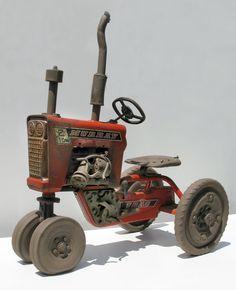 Джон Brickels занимается созданием уникальных керамических скульптур на протяжении более 35 лет. 'Я большой любитель заброшенного и ржавого, и меня прежде всего потрясает живость и удивительная детализация. Если это дом, то вы можете рассмотреть каждый камешек, каждую черепицу или кирпичик', — говорит мастер. В его автомобилях вылеплены все болтики, гаечки и даже протектор шин.
