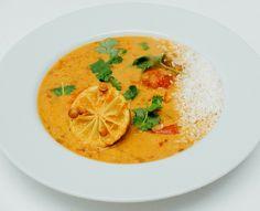 Nydelig indisk linsegryte med smak av ingefær, tomat og kokos. Jeg er helt idiotisk glad i indiske linsegryter! Jeg lager de med alt for tiden – fra den helt enkle varianten med bare litt stekt krydder eller tomatsaus, til den kremete varianten. Daal kan serveres som de er, du kan supplere med litt ris, kanskje …