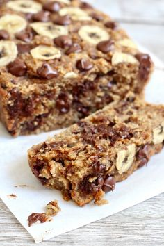This Flourless Chocolate Chip Banana Bread is made with just bananas, oats, peanut butter & chocolate chips. That's it and it's so unbelieveably AMAZING! Banana Bread Low Carb, Oatmeal Banana Bread, Peanut Butter Banana Bread, Chocolate Chip Banana Bread, Chocolate Chips, Healthy Sweets, Healthy Baking, Healthy Recipes, Vegan Desserts