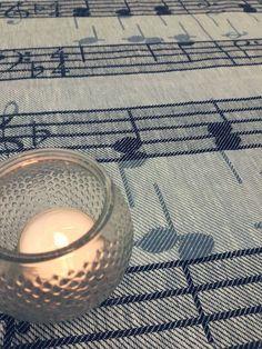 Hymni tea towel. Hymni-pyyhkeeseen on kudottu nuotteja Jean Sibeliuksen yhdestä tunnetuimmasta sävellyksestä - Finlandia Hymnistä.  #teatowel #kitchentowel #notes #nuotit #finlandiahymni #keittiöpyyhe #finnishdesign #jokipiinpellava #madeinfinland
