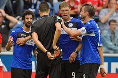 Hartes Einsteigen des Arminen gegen Regensburgs Alexander Nandzik +++  Teixeira sieht Rot – Börner hat Vertrauen in Dick