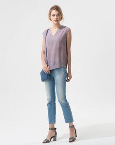On craque pour l'imprimé estival de ce chemisier rose. A porter seul ou mixé à une jolie veste! On aime: - son col V  Matière: 100% polyester