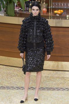 Kendall Jenner Le défilé Chanel automne-hiver 2015-2016 http://www.vogue.fr/mode/mannequins/diaporama/kendall-jenner-meilleurs-looks-de-dfil-fashion-week-chanel-givenchy-balmain/22675#kendall-jenner-le-dfil-chanel-automne-hiver-2015-2016