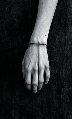 New jewerly bracelets gold minimal classic ideas Bijoux Design, Schmuck Design, Jewelry Design, Jewelry Art, Jewelry Accessories, Fashion Accessories, Fashion Jewelry, Witch Jewelry, Jewelry Drawing