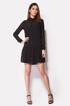 Черное платье VOOP из шифонового материала с рисунком белой точки. Сарафан-подкладка – отдельный, плотный. Юбка идет на заниженной талии, планка спереди служит для пуговиц основой. Длинные рукава застегиваются пуговицей на манжете.