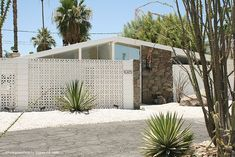 Geometric Patterns of Screen Blocks Beautifully Decorating Mid Century Modern Homes Geometric Patterns of Screen Blocks Beautifully Decorating Mid Century Besser Block, Breeze Block Wall, Mid Century Exterior, Palm Springs Style, Facade House, Mid Century House, Mid Century Design, Architecture Design, Outdoor Living