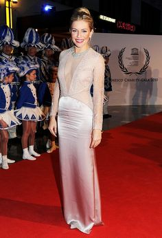 19b242eea1 Sienna Miller in a sheer silky gown and bright red lip Sienna Miller Style