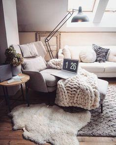 Modernes, gemütliches helles Wohnzimmer mit flauschiger grobmaschiger Strick-Tagesdecke. Rückzugsort und gemütliche Sitzgelegenheit. @marzena.marideko