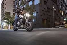 Find out about the 2019 Honda naked middleweight with a wink to the 1974 Honda Supersport and new tech. Triumph Street Scrambler, Best Electric Bikes, Cycle Parts, Ktm 690, Honda Motors, Honda S, Bikes For Sale, Classic Bikes