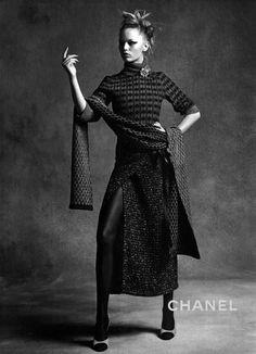 Après une campagne estivale résolument contemporaine, Chanel opère un flashback détonant pour l'automne-hiver 2015/16. Sous l'objectif de Karl Lagerfeld, les tops Anna Ewers et Lindsey Wixson se métamorphosent ainsi en...