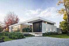 The BT House by Estudio Jorgelina Tortorici in Adrogue, Argentina is a contemporary L-shape residence. Check it ou! Dream House Exterior, Dream House Plans, Bungalow Exterior, Craftsman Exterior, Exterior Siding, Modern Exterior, Exterior Design, Raised House, Concrete Structure