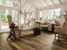 salon rustique chic avec plancher et table en tonneau