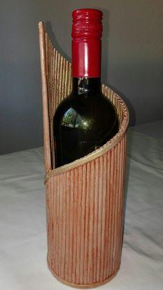 MI CUBRE BOTELLA DE PAPEL DE PERIÓDICO INSPIRADO EN PINES. Paper Bag Crafts, Newspaper Crafts, Recycled Magazine Crafts, Craft Business, Bottle Art, Wine Rack, Paper Art, Baskets, Alcoholic Drinks