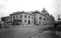 1930 Mercado Municipal - construção do edifício situado na rua da Cantareira, vista da fachada principal mostrando as cúpulas inacabadas no telhado