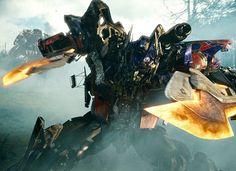 Optimus Prime de rodillas en la batalla contra Starcream y Megatron y Blackout.