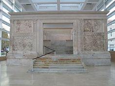 De Ara Pacis ( Altaar van de vrede ) of Ara Pacis Augustae . Van 16 tot 13 v. Chr. verbleef Augustinus in Spanje en Gallie voor een lange vredesmissie. Bij zijn terugkeer gaf de senaat en het volk van Rome opdracht tot de bouw