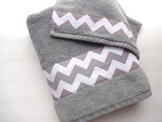 August AVE Handtücher geben Ihrem Badezimmer eine sofortige Verjüngungskur!    Hier werden Sie empfangen-ONE grau Handtuch mit einem grau Chevron Stoff