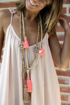 Thin gold necklace with pendant. Where to get good expensive jewelry at trustworthy prices Boho Chic, Hippie Chic, Hippie Style, Bohemian Style, Gypsy Jewelry, Gothic Jewelry, Beaded Jewelry, Jewlery, Boho Necklace
