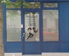 Adhésif dépoli, effet de verre sablé à Montrouge (92)  L'utilisation d'adhésif dépoli, en pleine surface ou en bandes (En haut des vitres et dans les impostes) sur la vitrine a permis de proposer un habillage sobre et professionnel visant à protéger les bureaux des regards extérieurs.