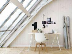 Arbeitsplatz unter dachschräge-  holz und weiße holz wände