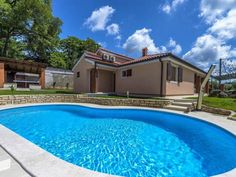 Villa Gardenia Visnjan Villa Gardenia is a villa featuring a garden with a seasonal outdoor pool, set in Kolumbera. The air-conditioned unit is 42 km from Trieste.  A TV is provided. There is a private bathroom with a shower.