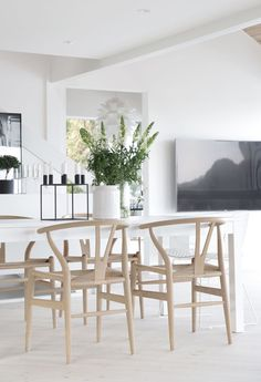 Wishbone chair by Hans J. Wegner from Carl Hanesn & Søn and Kubus candle holder by Mogens Lassen from ByLassen | Dining area_Stylizimo House