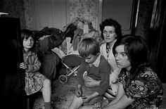 Family-living-in-an-overcrowded-tenement-flat-Glasgow-1971-378-4a.jpg (1024×673)