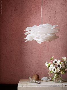 Lätt som en fjäder är molnlika nyheten KRUSNING taklampskärm. ENSIDIG vas. Stylist Camilla Krishnaswamy.