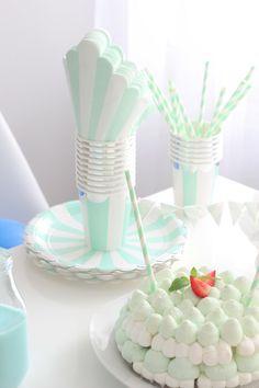 Nopea kakku valmiista marenkipohjista kruunaa synttäripöydän!