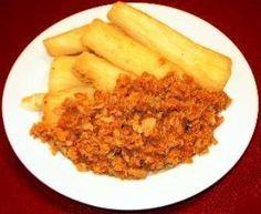 Telo is gebakken cassave die meestal gegeten wordt met bakkeljauw. Je kan het natuurlijk nog combineren met Trie ( gebakken visje), of droge vis. Benodigdheden: - 4 grote cassaves - 2 teentjes knoflook - zout - hoeveelheid olie om in te bakken Bereiding: Schil de schil van de cassave dik af. Was de cassave en… Dutch Recipes, Cuban Recipes, Great Recipes, Vegetarian Recipes, Healthy Recipes, Suriname Food, Island Food, Caribbean Recipes, Caribbean Food