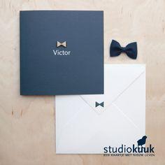 Geboortekaartje jongen_jongen_boy_landelijke stijl_landelijk geboortekaartje_donkerblauw_houten strikje_strikje_rustig_stijlvol_maatwerk #www.studiokuuk.nl