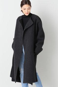 PROTAGONIST Gown コート  PROTAGONIST Gown コート 179280 今シーズン欠かせないガウンコート 厚手の張り感のあるウール素材が立体的なシルエットを演出します ワントーンのスタイリングで今年らしくまたデニムと合わせてベーシックにも着まわせる1着です PROTAGONISTプロタゴニスト 自分で選んで自分のものとして着ることができる人を意味するプロタゴニスト デザイナーのケイトウェンデルボーンはウィスコンシン大学でジャーナリズムとアパレルデザインを学んだ後NYのファッション工科大学でファッションを学ぶ いくつかのブランドで生産管理を担当した後自身のブランドをスタート デザインはシンプルながら上質なアイテムを使用することで女性たちを美しく見せるクラシックを提案するブランドです 取り扱いについては商品についている洗濯表示にてご確認下さい 店頭及び屋外での撮影画像は光の当たり具合で色味が違って見える場合があります 商品の色味はスタジオ撮影の画像をご参照下さい モデルサイズ:身長:165cm バスト:73cm ウェスト:58cm ヒップ:85cm…