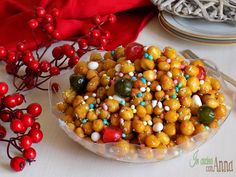 Gli struffoli sono un dolce tipico Campano,vengono preparati durante le feste Natalizie e per carnevale e sono buonissimi...