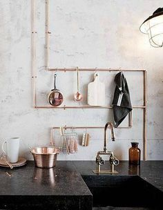Exposed copper pipes used as decor and hanging spot for kitchen utensils || @pattonmelo