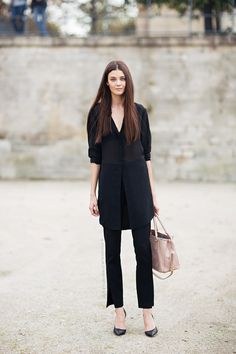 15 Cute Job Interview Outfits That Will Make An Entrance Figuring out what to wear for an interview can be hard. Here are some cute job interview outfits that are appropriate and sure to impress any employer. Wearing All Black, All Black Outfit, Mode Style, Style Me, Interview Outfits, Job Interviews, Perfect Outfit, Diana Moldovan, Belle Silhouette
