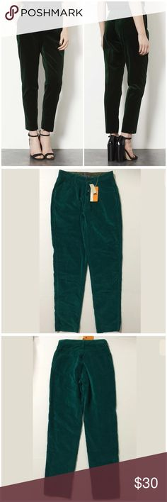 Get the look! Green Velvet Pants Unhemmed Size 8 Lizwear Women's Pants Size 8 Green Color Zip Front 1 External Metal Logo button Closure 2 Front Pockets 1 Front Coin Pocket 2 Rear Pockets Belt Loops Velvet Look/Feel NOTE: These Pants Are UN-Hemmed Machine Washable 100% Cotton Inseam Approx. 30 Inches Rise Approx. 11 Inches Waist Approx. 27 Inches Hips Approx. 36 Inches Leg Opening Approx. 13 Inches MSRP $ 68.00 New With Tag Lizwear Pants Ankle & Cropped