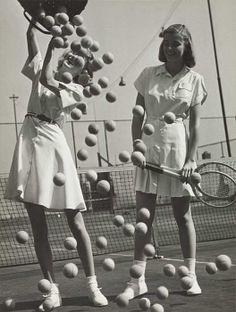 Tennis balls' with models Wanda Delafieldand Peggy Lloyd, about 1945© Münchner Stadtmuseum, Archiv Hermann Landshoff