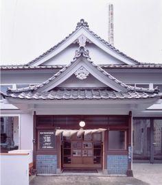 200年の歴史を持つ由緒ある銭湯「柏湯」を改装したギャラリー。1993年にオープン