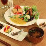 たまな食堂 - 料理写真:定番の「たまな定食」。塩麹や醤油麹、ぬか漬け、お味噌汁、納豆にいたるまで発酵がもりだくさん。
