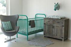 Eu já gostava de berço de ferro, mas agora, estou apaixonada por estas camas e berços coloridos da loja australiana Incy Interiors!!! Dá um arzinho vintage no quarto, mas ao …