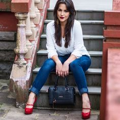 Quem aí já visitou o blog hoje hein? Tem look do dia Clássico jeans e camisa branca 😍 Link na bio ❤️ Foto by @katherinekistfotografia 👈🏻